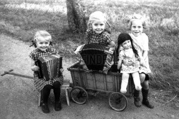 2 Maedchen spielen Ziehharmonika  1945