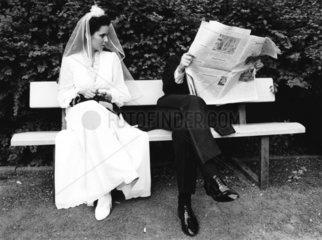Braut haekelt  Braeutigam liest Zeitung