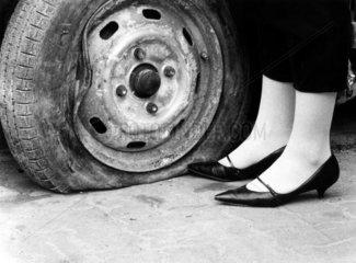 platter Reifen neben Damenschuhen