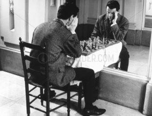 Mann spielt Schach mit Spiegelbild