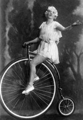 1920  Frau auf Fahrrad