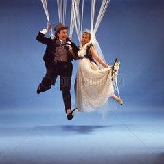 Hochzeitspaar am Fallschirm