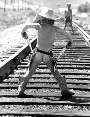 nackter Junge als Cowboy