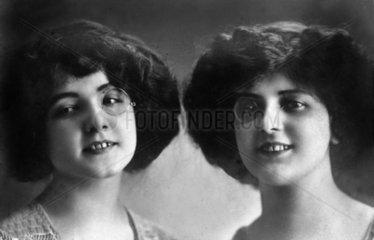 Zwillinge mit Monokel 1900