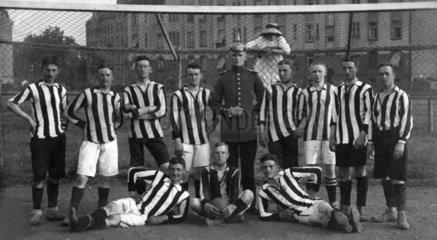 1913  Fussballer mit Polizist