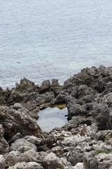 Zerklueftet Kueste in Apulien