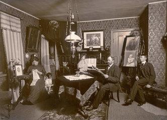grossbuergerliche Familie  Familienfoto im Wohnzimmer  1909
