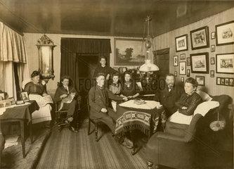 Familie  Familientreffen  Familienfoto im Wohnzimmer  1909