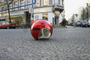 Berlin. Kaputtes Rote Weihnachtskugel auf der Strasse
