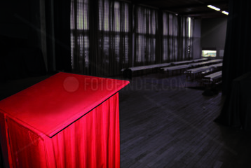 Rotes Rednerpult