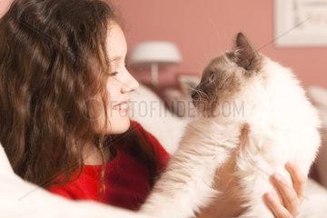 Ein junges Maedchen mit einer Katze im Arm