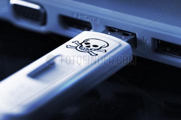 USB-Stick mit Totenkopfsymbol in einem Laptop  Symbolfoto Schadsoftware