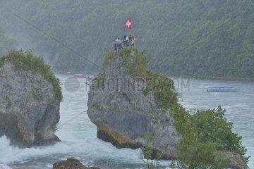 Der Rheinfall in Schaffhausen  Schweiz  bei starkem Regenfall.