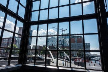 Blick durch ein Bahnhofsfenster auf die Elbphilharmonie in Hamburg