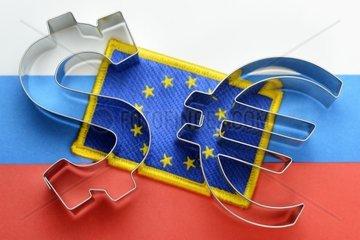 Fahnen von EU und Russland mit Dollar- und Euro-Zeichen  EU-Sanktionen gegen Russland