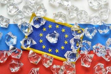 Fahnen von EU und Russland mit Eiswuerfeln  Eiszeit zwischen Russland und EU