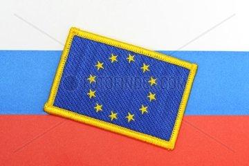Fahnen von EU und Russland  EU-Sanktionen gegen Russland