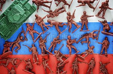 Miniatursoldaten auf Russlandfahne  militaerischer Konflikt in der Ostukraine
