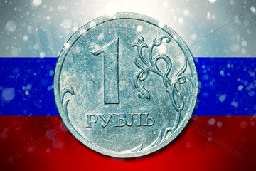 Ein-Rubel-Muenze vor russischer Fahne mit Schneefall  wirtschaftliche Folgen von Sanktionen gegen Russland