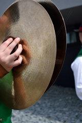Musiker mit einem Becken