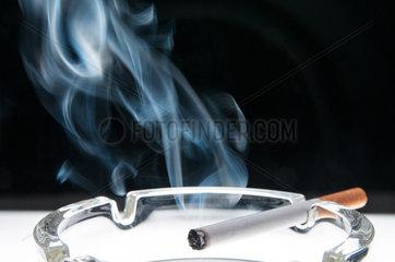 Zigarette im Aschenbecher