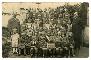 Klassenfoto mit Lehrer und Pfarrer  Naehe Mainburg  1929
