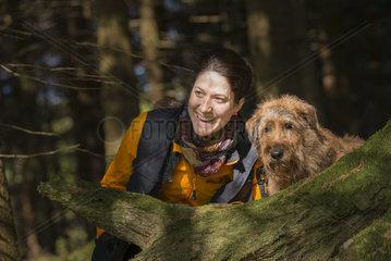 portrait von junger Frau mit irischem Terrier