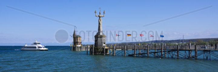 Katamaran vor der Hafeneinfahrt von Konstanz am Bodensee  Konstanz  Baden-Wuerttemberg  Deutschland  Europa
