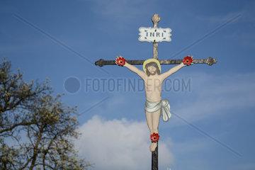 Metallkreuz mit Christusfigur in freier Natur