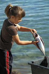 Kroatien - Insel Ilovik  Maedchen saeubert Fisch