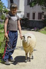 Kroatien - Insel Ilovik  Maedchen mit Schaf