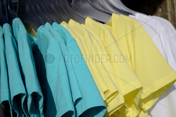 T-Shirts auf Kleiderbuegel zur Auswahl