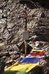 Wegkreuz mit tibetischen Gebetsfahnen  im Wind wehend Kaunergrat  Oetztaler Alpen