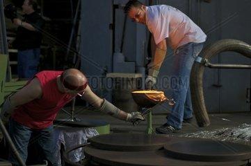 Glasblaeser arbeiten mit fluessigem Glas  Glasi Hergiswil  aelteste Glaserei der Schweiz  Handarbeit seit 1817