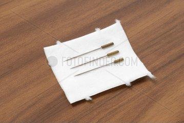 Akupunkturnadeln auf Watte