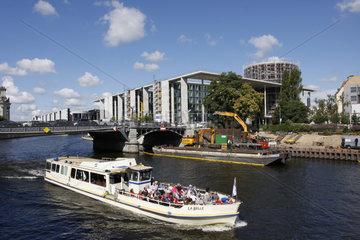 Ausflugboot in Berliner Regierungsviertel