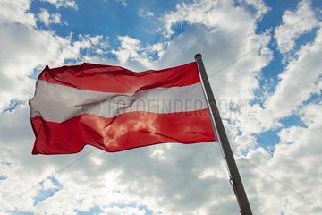 oesterreichische Flagge im wind