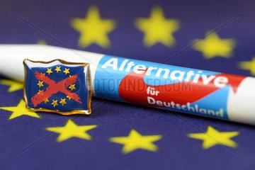 Kugelschreiber der AfD und durchgestrichene EU-Fahne