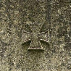 100 Jahre Erster Weltkrieg  ein wie ein Eisernes Kreuz aussehendes steinernes Kreuz