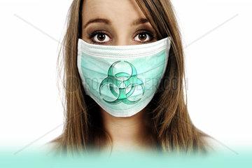 Frau mit Mundschutz und Biogefaehrdungszeichen  Symbolfoto Mers-Virus