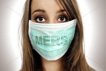 Frau mit Mundschutz und Mers-Schriftzug  Symbolfoto Mers-Virus