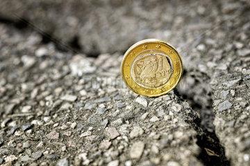 Griechische Ein-Euro-Muenze am Abgrund  Symbolfoto Schuldenkrise