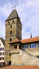Der auch als Schiefer Turm von Ulm bekannte Metzgerturm praegt das Stadtbild hinter der alten Stadtmauer am Donauufer  Ulm  Germany