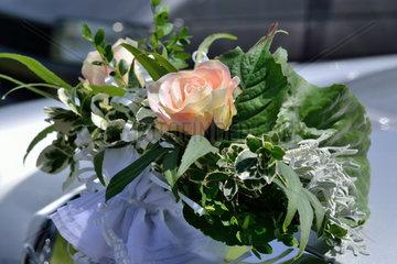 Blumenarrangement am Hochzeitsauto