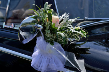 Rosengesteck am Hochzeitsauto