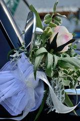 Blumengesteck am Aussenspiegel des Hochzeitsautos