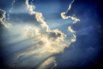 Wolkenformation  Sonnenstrahlen durchbrechen die Wolkendecke