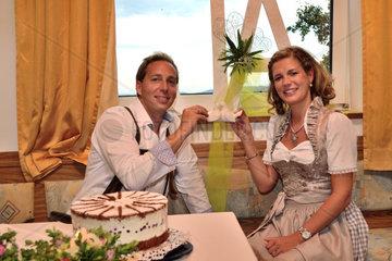 Brautpaar in Tracht mit symbolischen Tauben