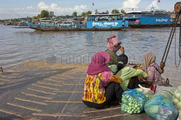 Frauen auf der Rueckkehr vom Markt in Phnom Penh ins Dorf Areyskat ueberqueren den Mekong Fluss auf einer Fss hre  Kambodscha