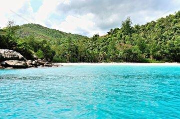 Tiefblaues Wasser mit Sandstrand  Anse Georgette  Praslin  Seychellen